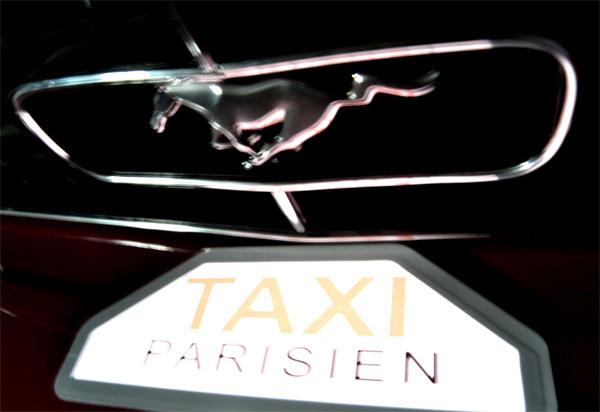 Borne de taxi parisien avec logo électroluminescent