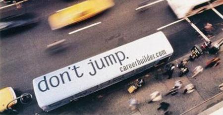 Publicité électroluminescente sur le toit d'un bus