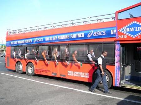 Installation micro-perforée sur les vitres des bus