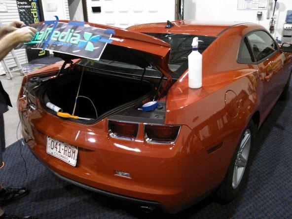 Préparation au marquage publicitaire et covering d'un coffre de voiture