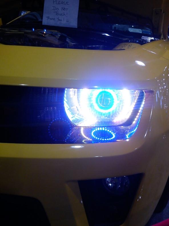 Chevrolet Camaro aux feux multicouleurs