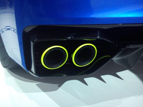 Les contours sont cerclés de fluorescent reprenant la couleur du logo et des étriers de freins