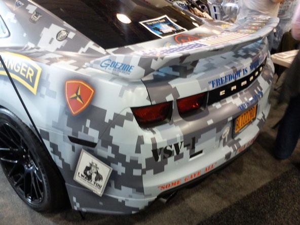 Camouflage militaire moderne par covering d'une Chevrolet Camaro