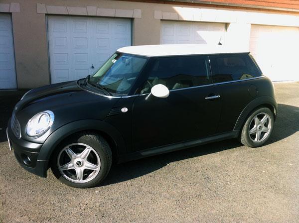 Covering noir-mat d'un véhicule Mini